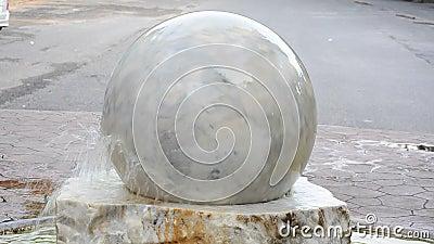 Большой мрамор плавая шарика с декоративными элементами как фонтан сток-видео
