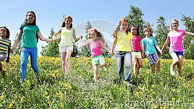 Большая группа в составе дети бежит в поле одуванчика сток-видео