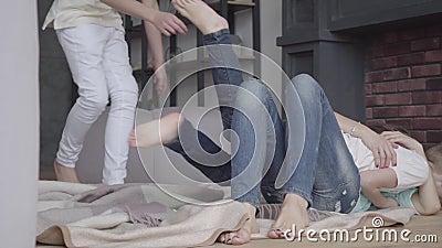 4 брать и мать околпачивают вокруг лежать на поле в живущей комнате дома Братство Семейное отношение акции видеоматериалы