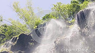 Брызгать воду от водопада горы в тропическом замедленном движении леса Взгляд от strea глубинной воды пропускать сток-видео