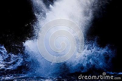 брызгать волны