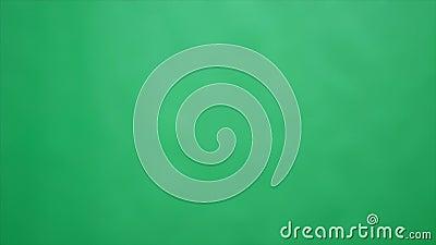 Бумажный самолет в зеленой предпосылке видеоматериал