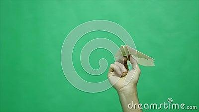Бумажный самолет в зеленой предпосылке акции видеоматериалы