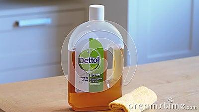 Бутылка Деттола, домашнего дезинфицирующего средства Помогает убивать вирус и бактерии видеоматериал