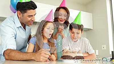 Будьте отцом освещать свечи на именнином пироге для его сына сток-видео