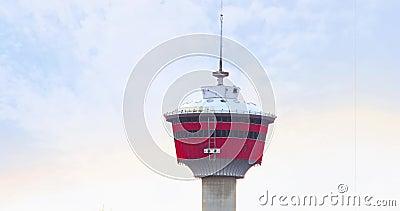 Вверху башни Калгари на голубом небе видеоматериал