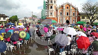 Верные католики собирают на юбилее церков квадратном празднуя сток-видео