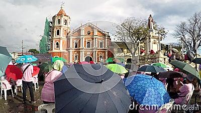 Верные католики собирают на юбилее церков квадратном празднуя акции видеоматериалы