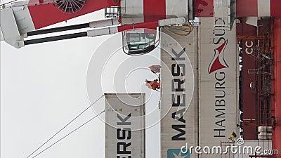 Вертикальный кран выгружает контейнер российского грузового судна 'Севморпут' - атомный ледокольный светильник на борту судна акции видеоматериалы