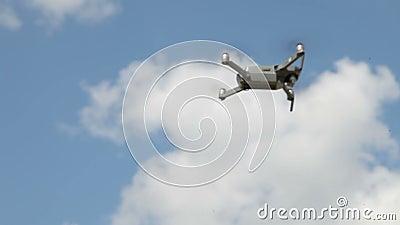 Вертолет летает в небо сток-видео