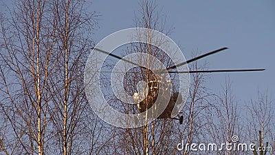 Вертолет приземляется видеоматериал