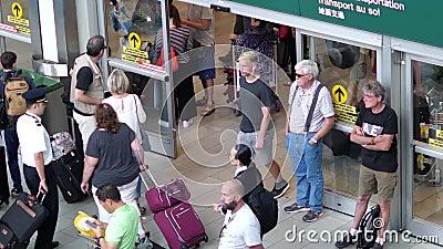 Верхняя съемка людей покидая крупный аэропорт международного лобби прибытия акции видеоматериалы
