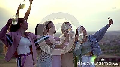 Веселая компания, размахивая руками, питаясь летними городскими коктейлями, делая много селфи видеоматериал