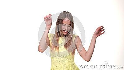 Веселить женщины выигрывая и праздновать танцуют ее успешным рука возбужденная выигрышем очень счастливая видеоматериал