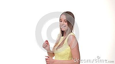 Веселить женщины выигрывая и праздновать танцуют ее успешным рука возбужденная выигрышем очень счастливая акции видеоматериалы