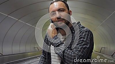 Веселый человек звонит другу акции видеоматериалы