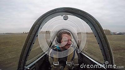 Весьма полет на малый самолет спорт Человек летает в небо, эмоции акции видеоматериалы
