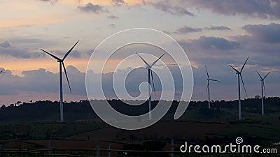 Ветротурбины Timelapse обрабатывают землю электричество экологически чистой энергии продукции взгляда ландшафта захода солнца сил акции видеоматериалы