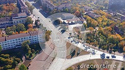 Взгляд сверху улиц и зданий захолустного городка Mariupol Украина акции видеоматериалы