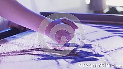 Взгляд молодой женщины рисуя красивое изображение семьи песком искусство освещение видеоматериал