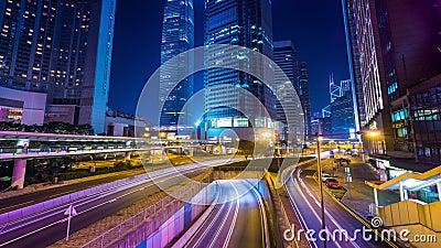 Взгляд ночи современного городского транспорта через улицу Промежуток времени Hong Kong