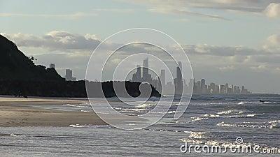 Взгляд рая серфера на Southport, прошлое Burleigh возглавляет, увиденный от Palm Beach, австралиец Gold Coast акции видеоматериалы