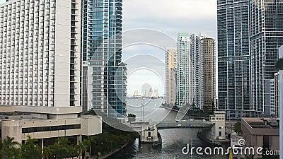 Взгляд шикарного района Майами городск Река и небоскребы Майами на своих банках видеоматериал