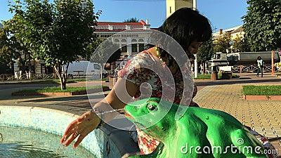 Взрослый стильно одел счастливую женщину играя с потоком воды в фонтане видеоматериал