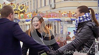 3 взрослых люд завихряясь держащ руки на предпосылке carousel, slowmotion сток-видео
