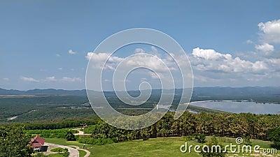 Видеозапись 4К Большой водохранилище Таиланда с высоким углом обзора Природа Панорама прекрасна Сцена путешествия по празднику видеоматериал