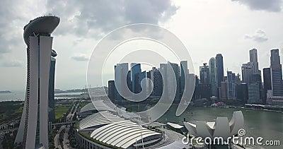 Видеозапись Марина Бэй Сэндс и центра города, беспилотники направляются к небоскребам, Сингапур видеоматериал