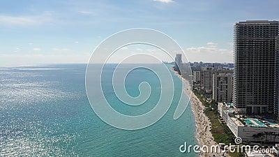Видеозапись 4k зданий на пляже в Майами-Бич сток-видео