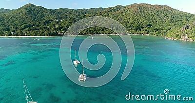 Видео полета по морю и над яхтами на тропический остров Сейшельские Острова Концепция отпусков в тропических условиях сток-видео