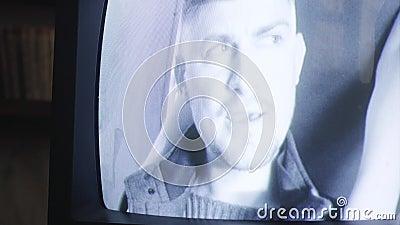 Видео устаревшего экрана ТВ показывая выразительно говоря человека с усиком видеоматериал