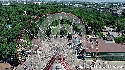 Вид большого колеса-ферриса сверху Прекрасное колесо феррис в парке сток-видео