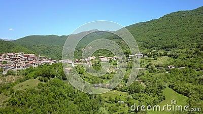Вид зеленых деревьев на горе в Петрелло Сальто сток-видео