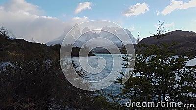 Вид на горы Серро-Пэйн-Гранде и Торрес-дель-Пайне природа патагонии акции видеоматериалы