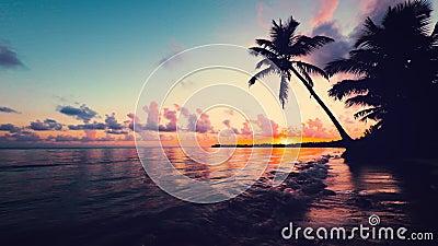 Вид на море восхода солнца с cloudscape и тропический остров приставают к берегу Курорт Punta Cana, Доминиканская Республика видеоматериал