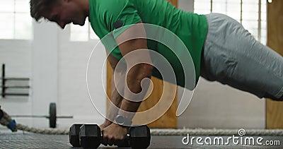 Вид на спортсмена из Кавказа, поднимающий альтернативные веса акции видеоматериалы