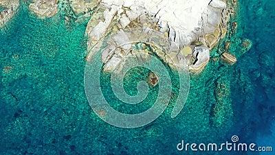 вид на тропический рай, как пляж, с чистой кристально чистой туркюзовой водой, причудливые гранитные скалы Воздушный беспилотник  акции видеоматериалы