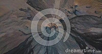 Вид сверху вниз по вулканам и лунному ландшафту сток-видео