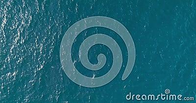 Вид сверху вниз с большой высоты синей бирюзовой текстуры морской воды с солнечным путём, вид на воду сток-видео