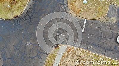 Вид спальной зоны из панорамы с высоты Вид сверху деревья и дома сток-видео