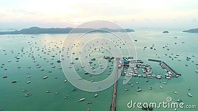Вид с воздуха беспилотный видеосъемка, летевшая над пирсом Чалон в районе Фукет, Таиланд Прекрасное время рассвета акции видеоматериалы