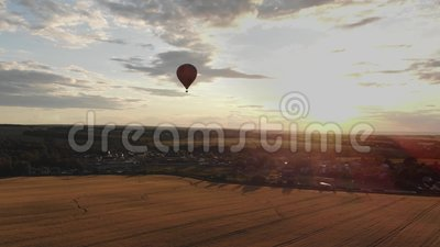 Вид с воздуха: Воздушный шар в небе над полем в сельской местности на закате сток-видео