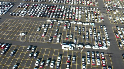 Вид с воздуха гигантской парковки для новых автомобилей приезжая от международного видеоматериал