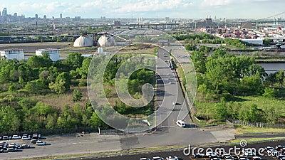Вид с воздуха гигантской парковки для новых автомобилей приезжая от международного сток-видео