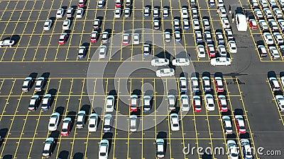 Вид с воздуха гигантской парковки для новых автомобилей приезжая от международного акции видеоматериалы