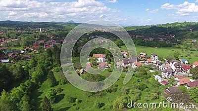 Вид с воздуха деревни отрубей, около замка ` s Дракула видеоматериал