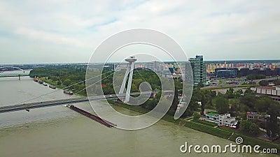 Вид с воздуха моста над Дунаем Большинств мост SNP или UFO сток-видео